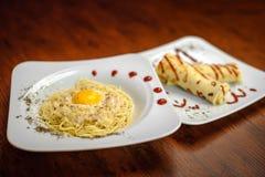 Una prima colazione deliziosa è servita su un piatto bianco Immagini Stock Libere da Diritti