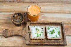 Una prima colazione sana ha fritto il succo d'arancia delle uova fotografie stock