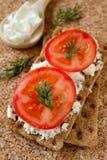 Una prima colazione squisita: pane, formaggio e SL del cereale Immagine Stock