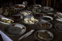 Una prima colazione turca tradizionale consiste di vari piatti, compreso i piatti della carne, il dolce ed il pane tostato Fotografia Stock Libera da Diritti