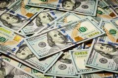 Una priorità bassa di cento dollari di banconote Fotografia Stock