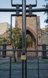 Una puerta bloqueada, con una iglesia en el fondo Fotos de archivo
