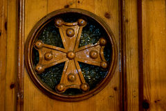 Una puerta de madera vieja con la cruz Foto de archivo