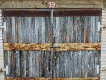 Una puerta de madera vieja del garaje Fotos de archivo libres de regalías