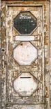 Una puerta de madera vieja, oxidada con la pintura de la peladura Imágenes de archivo libres de regalías
