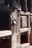 Una puerta de madera vieja se cerró con las cadenas y el candado Fotografía de archivo libre de regalías