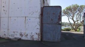 Una puerta de un almacén metrajes