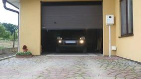 Una puerta del garaje abre automáticamente movimiento del coche metrajes