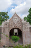 Una puerta en el castillo del agua de la sari del taman - el jardín real del sultanato de Jogjakarta Foto de archivo