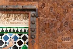 Una puerta enorme por dentro del palacio de Alhambra Imagen de archivo libre de regalías