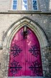 Una puerta magenta vieja de una iglesia vieja Foto de archivo