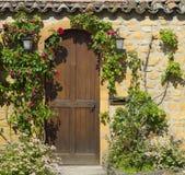 Una puerta principal de madera en la casa de piedra antigua Imagen de archivo