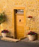 Una puerta principal de madera en la casa de piedra antigua Imagenes de archivo