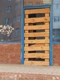 Una puerta provisional en un edificio inacabado Fotografía de archivo libre de regalías