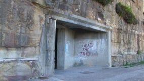 Una puerta que eso lleva a un túnel metrajes