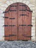 Una puerta resistida, de madera en el centro de ciudad histórico praga Imágenes de archivo libres de regalías