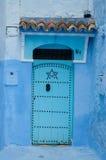 Una puerta típica en la ciudad de Chaouen Imágenes de archivo libres de regalías