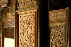 Una puerta tallada en el templo en el pueblo de Baisha, Lijiang, Yunnan, China imágenes de archivo libres de regalías
