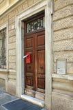 Una puerta vieja con un buzón y un periódico imágenes de archivo libres de regalías