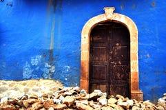 Una puerta vieja de la madera en una pequeña ciudad Foto de archivo