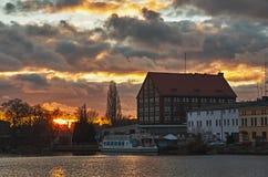 Una puesta del sol ardiente sobre el río Fotografía de archivo