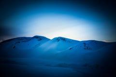Una puesta del sol artística, colorida en Noruega sobre las montañas Imagen de archivo libre de regalías