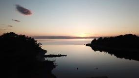 Una puesta del sol del awesom en el archipiélago por el poin de los abejones de la visión el golfo de Finlandia metrajes