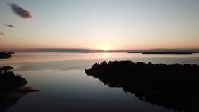 Una puesta del sol del awesom en el archipiélago por el poin de los abejones de la visión el golfo de Finlandia almacen de video