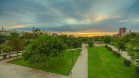 Una puesta del sol brillante en el parque de Turia antes de la lluvia Valencia, España almacen de metraje de vídeo