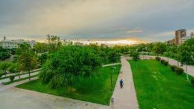 Una puesta del sol brillante en el parque de Turia antes de la lluvia Valencia, España metrajes