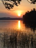 Una puesta del sol colorida sobre un lago pacífico Foto de archivo libre de regalías
