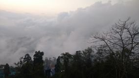 Una puesta del sol cubierta con las nubes Imágenes de archivo libres de regalías