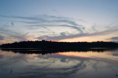 Una puesta del sol de la caída da vuelta a un lago en un espejo foto de archivo