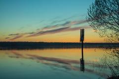 Una puesta del sol de oro hermosa en el río Foto de archivo