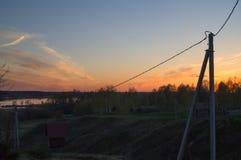 Una puesta del sol de oro hermosa en el río Foto de archivo libre de regalías