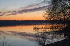 Una puesta del sol de oro hermosa en el río Fotografía de archivo