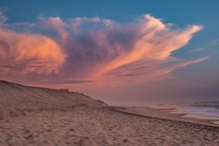 Una puesta del sol en la playa de Furadouro, Ovar, región de Aveiro de Portugal Fotografía de archivo