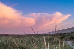 Una puesta del sol en la playa de Furadouro, Ovar, región de Aveiro de Portugal Foto de archivo libre de regalías