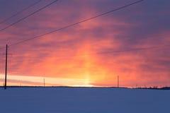 Una puesta del sol escarchada del invierno de la línea eléctrica Imagenes de archivo