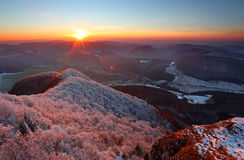 Una puesta del sol escarchada en paisaje de la escarcha imagen de archivo libre de regalías