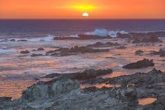Una puesta del sol espectacular en la boca de río de las tormentas en la reserva de naturaleza de Tsitsikamma en Suráfrica Imagen de archivo libre de regalías