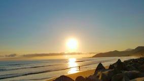 Una puesta del sol espectacular del ` s de la persona que practica surf del verano de California Fotos de archivo libres de regalías