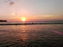 Una puesta del sol fascinadora en el océano fotos de archivo libres de regalías