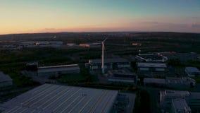 Una puesta del sol hermosa detrás de una turbina de viento inmóvil - Sheffield almacen de metraje de vídeo