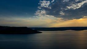 Una puesta del sol hermosa detrás del océano y de las montañas almacen de metraje de vídeo