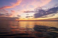 Una puesta del sol hermosa en el lago Michigan Fotos de archivo libres de regalías