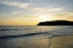 Una puesta del sol hermosa en la playa fotografía de archivo libre de regalías