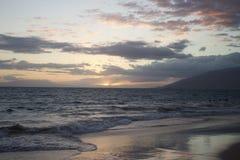 Una puesta del sol hermosa en la playa en Maui, Hawaii Imagen de archivo libre de regalías