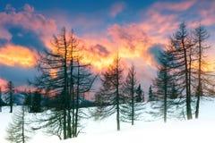 Una puesta del sol hermosa en las montañas Paisaje de la montaña del invierno Imagen de archivo libre de regalías