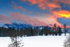 Una puesta del sol hermosa en las montañas Paisaje de la montaña del invierno Imágenes de archivo libres de regalías